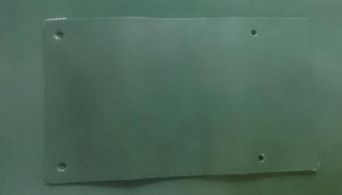 緑の革にバネホック取り付け用の穴を開けます
