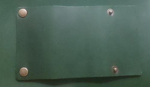 緑の革にバネホックを取り付けた後