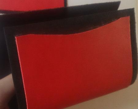 赤のヌメ革の名刺入れに曲げた状態で裏地を貼り付け