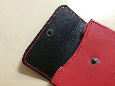 赤い麻糸で縫い付け