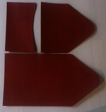 赤いヌメ革のキーケース用に革を切り出す