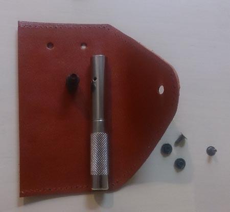 赤いヌメ革のキーケース バネホック、キーケース用の穴あけ
