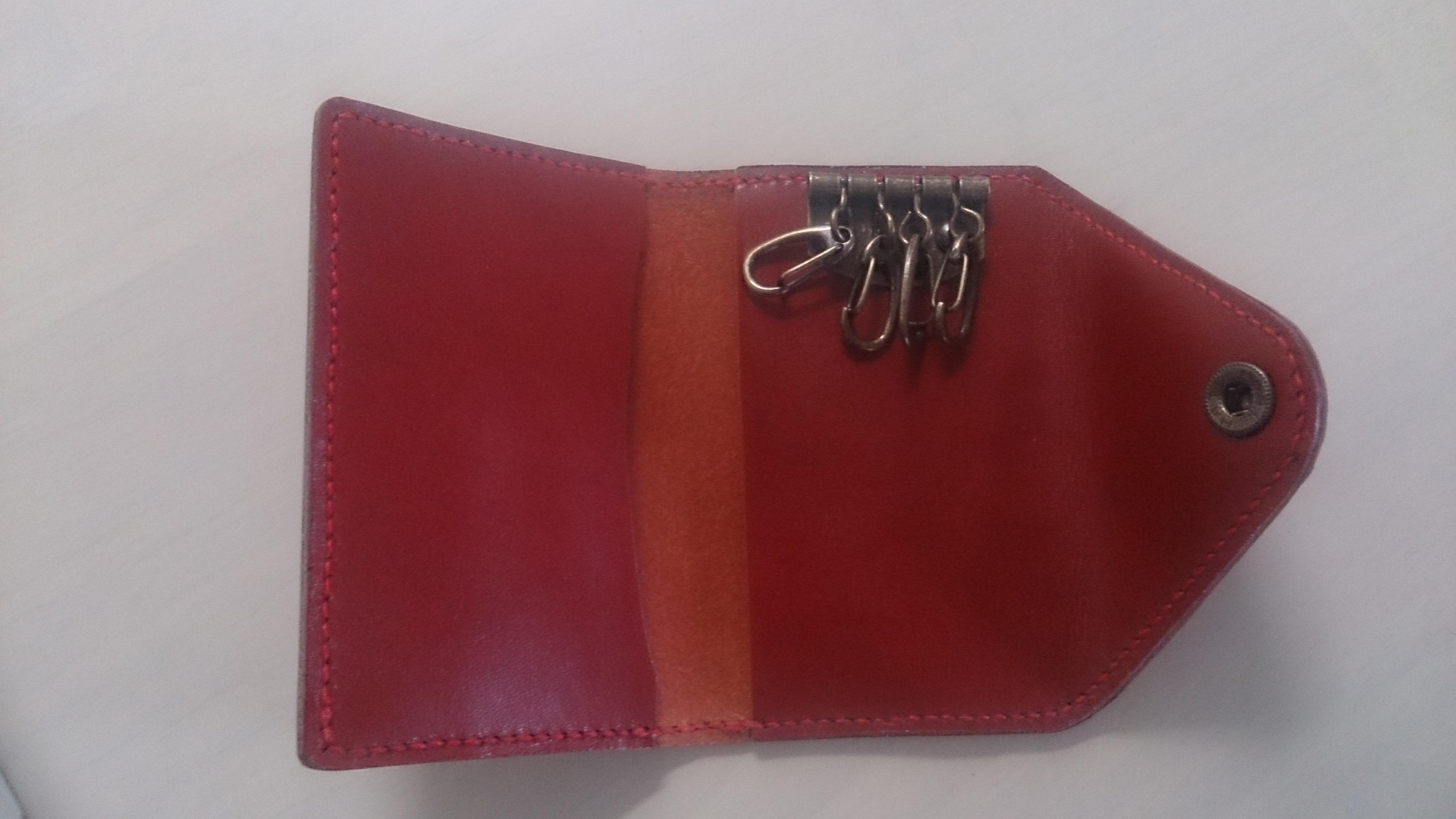 赤いヌメ革のキーケース 革の周りを縫い付ける