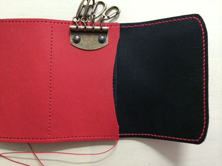 パスケースとキーケースのフタ部分縫い付け