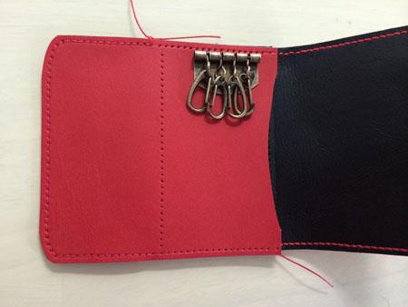 小銭入れのフタ部分も縫い付け