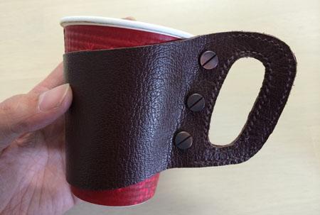 本革のカップホルダーにつけたギボシがコーヒー豆に見える