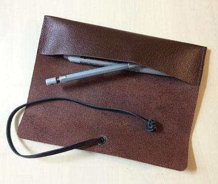 本革のロールペンケースにペンを入れる