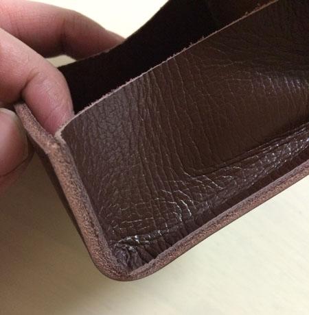 ポケット部分に密着させる革