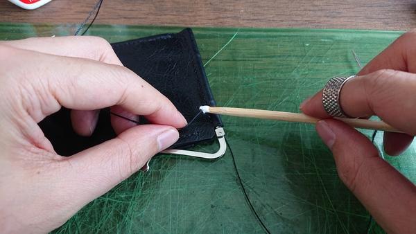 麻糸の縫い終わり 輪っかにボンドを塗る